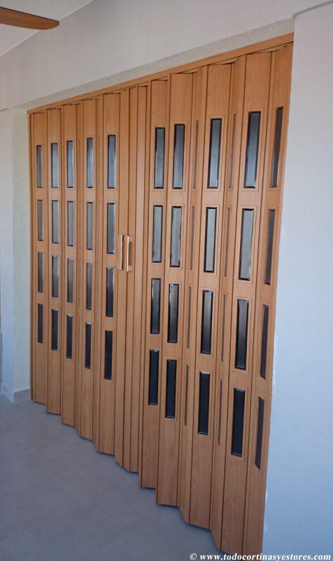 Puerta Plegable de PVC blanca con vidrieras separacion de espaci